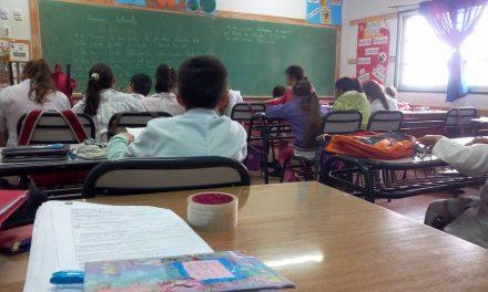 Becas y guardapolvos para escuelas rurales